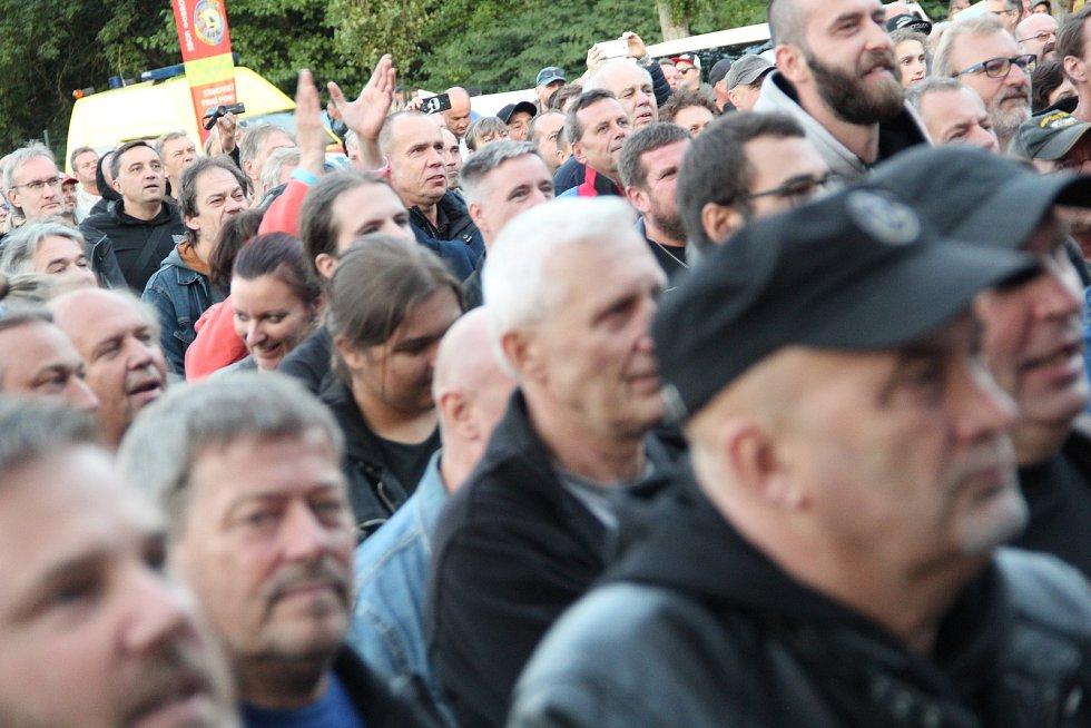 Koncert legendární kapely Pražský výběr na louce u přerovského parku Michalov. 1. září 2021