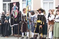 Náměstí v neděli zaplnili účinkující v historických kostýmech.