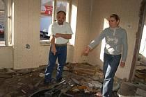 Brlohy, ve kterých přespávají bezdomovci, vznikly ve vybydlených objektech ve Škodově ulici v Přerově. V romském ghettu stále zůstává několik rodin, ty ale žijí v neúnosných podmínkách