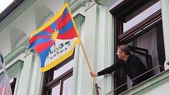 Vlajka pro Tibet na budově přerovské radnice