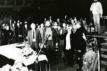 Přerované se v listopadu 1989 scházeli u kina Hvězda, kde probíhaly mítinky. (Na archivních snímcích zpěvák a skladatel Jaroslav Wykrent spolu s dalšími protagonisty sametové revoluce).