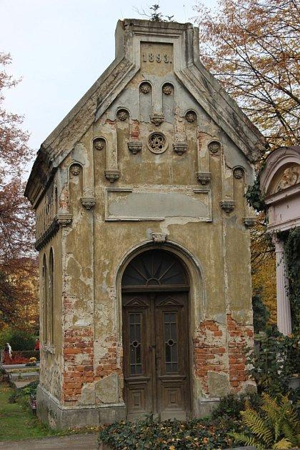 Zchátralou hrobku zroku 1893, která může sloužit ijako kaple, si koupila před lety přerovská podnikatelka Dagmar Přecechtělová ze stavební společnosti PSS. Objekt ale už několik let hyzdí centrální část hřbitova.