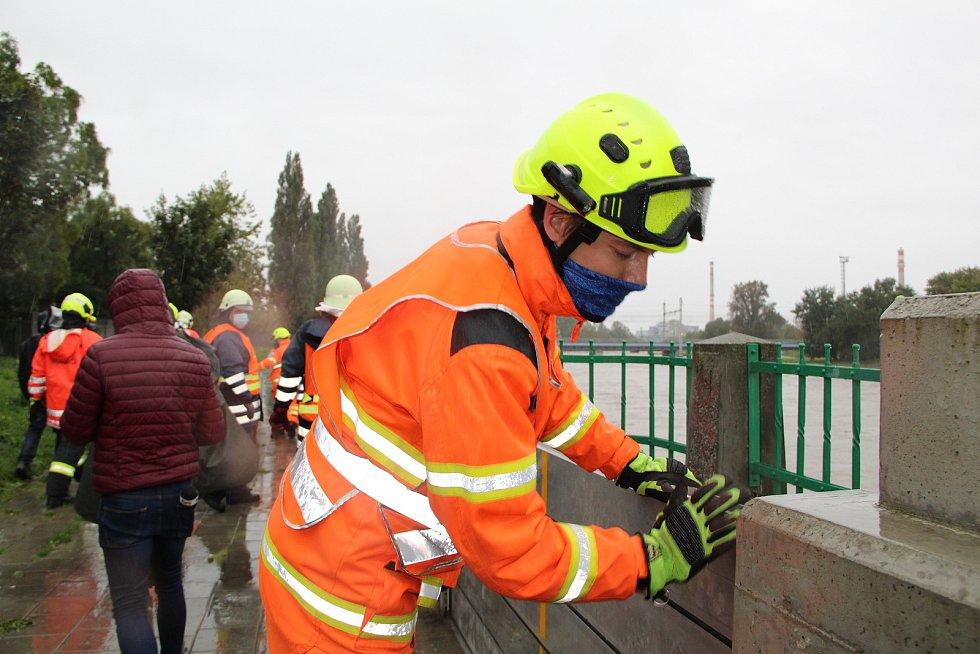 Stavba protipovodňových hrází u přerovského Kazeta, 14. října 2020 ráno