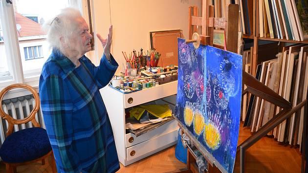 Výtvarnice Dana Hlobilová ve svém ateliéru