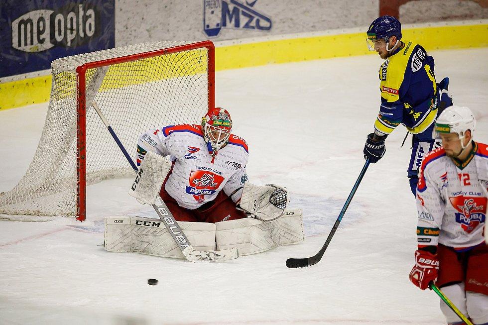 Hokejisté Přerova (v modrém) ve čtvttfinále play-off proti Porubě. Ervins Muštukovs