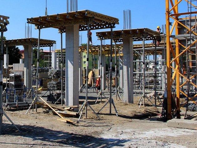 Stavba nového Prioru pokračuje, dokončeno je už pilotové založení. Foto ze dne 3. červnece 2015.