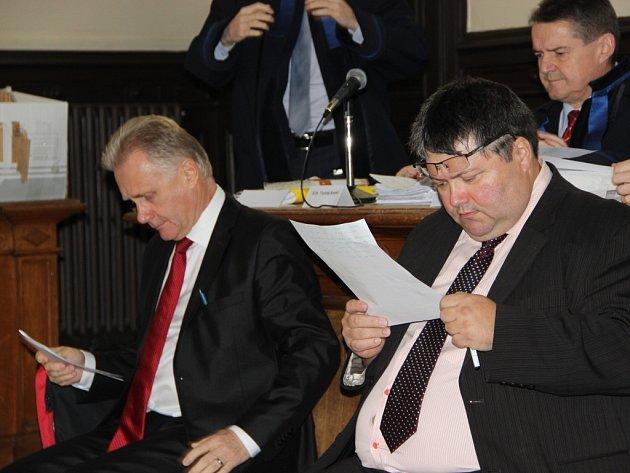 Z hlavního líčení ve věci údajně předražených zakázek na přerovské radnici - Zleva exprimátor Jiří Lajtoch a radní Václav Zatloukal