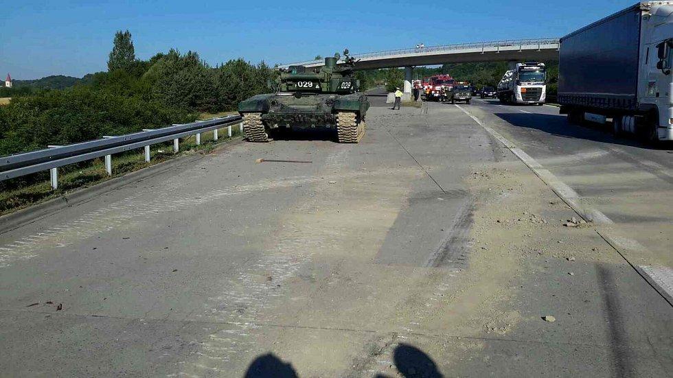 Hned dvě jednotky profesionálních hasičů musely ve čtvrtek vyjíždět ke kuriózní dopravní nehodě - na dálnici D35 ve směru z Olomouce na Ostravu