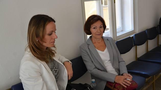 Okresní soud v Přerově se ve čtvrtek 11. října zabýval obžalobou dvou lékařů chirurgie, kteří měli svou nedbalostí zavinit smrt pacienta. (Na snímku příbuzní zemřelého muže).