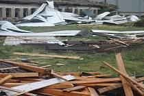 Řádění vichru v Kojetíně - spadená střecha výrobní haly