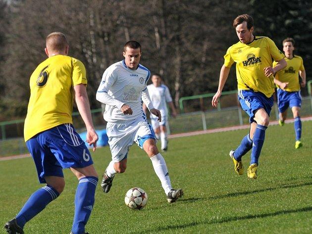 Fotbalisté Přerova (v bílém) na domácí půdě remizovali s Rýmařovem