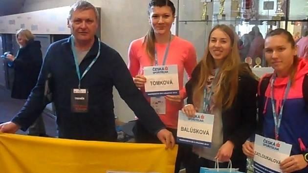 Zleva trenér Václav Klvaňa, Helena Tomková, Adéla Balůsková a Barbora Zatloukalová.