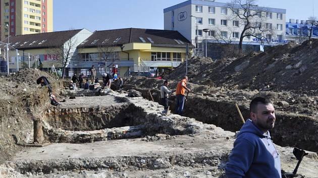 Archeologové bádající v lokalitě u přerovského Prioru
