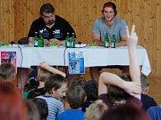 Přerovští hokejoví odchovanci Tomáš Kundrátek (v šedém) a Jakub Svoboda (v bílém) si ve středu popovídali s dětmi na ZŠ Želatovská v Přerově.