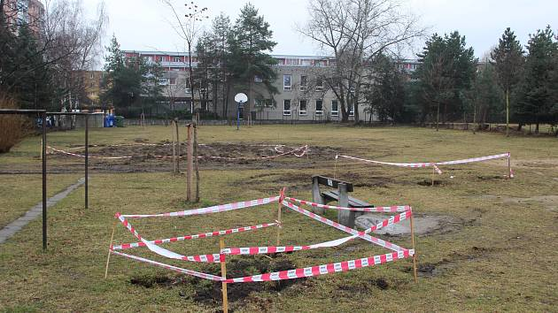 Dětské hřiště na třídě 17. listopadu v Přerově, které dlouhá léta využívaly rodiny s malými dětmi, tento týden odstranili stavebníci. Místní lidé doufají, že město zbuduje nové.