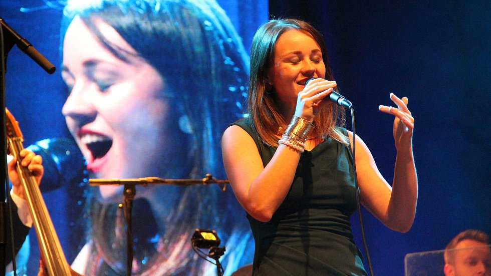 Zpěvačka Marta Kloučková, kterou doprovodili kytarista David Dorůžka a Clarinet Factory.
