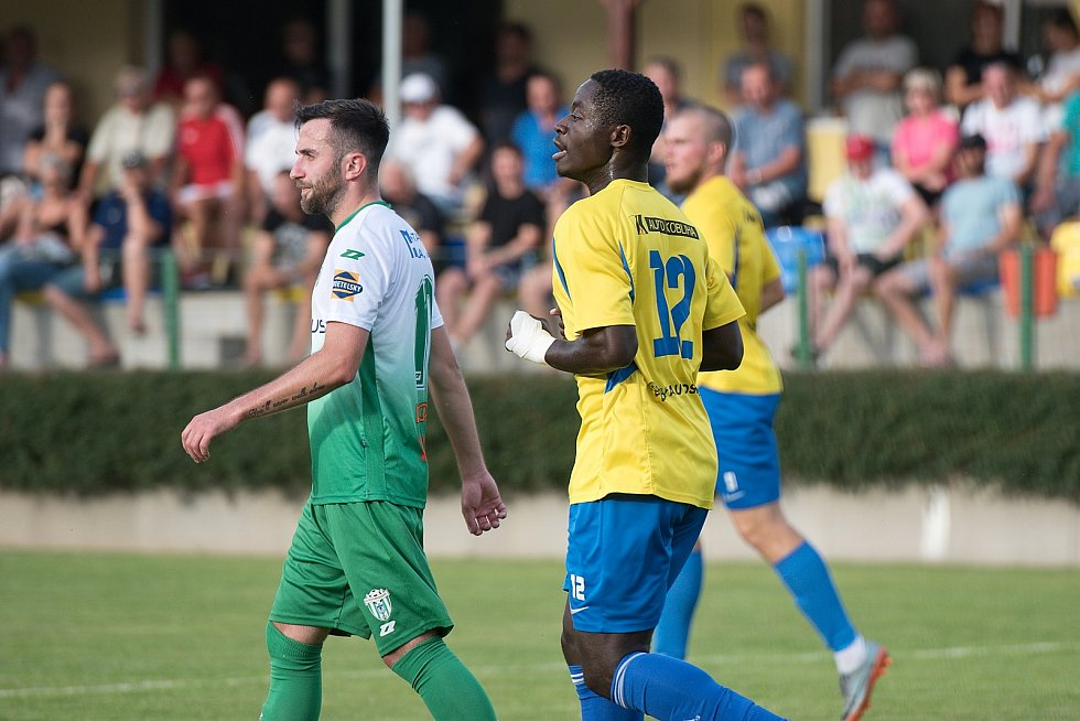 Fotbalisté Kozlovic (ve žlutém) doma porazili Bzenec 2:0. Stephen Osei Hwedieh