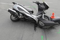 Nehoda auta a motorky ve Vlkoši