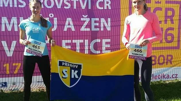 Přerovské atletky Adéla Balůsková (vlevo) a Helena Tomková na MČR v Táboře