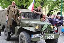 Kolona historických vozidel v Přerově, připomínající účast československých vojáků v bojích na konci války
