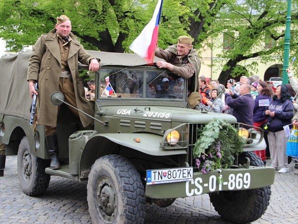Kolona historických vozidel vPřerově, připomínající účast československých vojáků vbojích na konci války