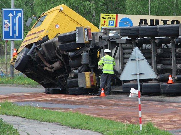 Nehoda cisterny s hnojivem u Mádrova podjezdu
