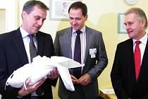 První letošní miminko kraje – Jiříček Horák z Tovačova, který se narodil pět minut po půlnoci v přerovské nemocnici, dostal od olomouckého hejtmana Jiřího Rozbořila do kolébky 15 tisíc korun.