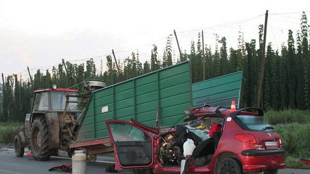 Tragická srážka peugeotu s traktorem u Oseku