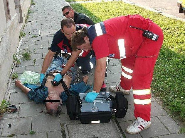 Zraněného muže, který bezvládně ležel na chodníku v Havlíčkově ulici v Přerově, zachraňovali v pátek strážníci Městské policie