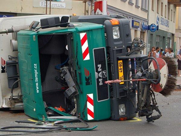 Nehoda peugeotu a vozidla technických služeb vcentru Přerova