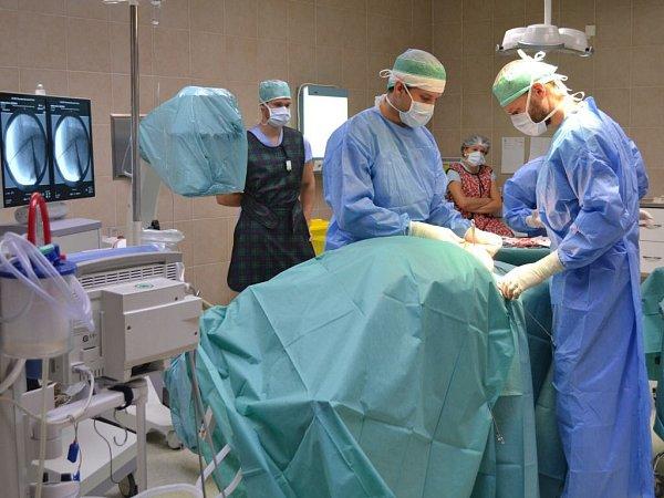 Poslední zoperací podstoupila sedmiletá Verunka Hambálková ve čtvrtek 6.listopadu vpřerovské nemocnici. Devčátko je první pacient vrepublice, kterému byl unikátní hřeb Fassier-Duval voperován.