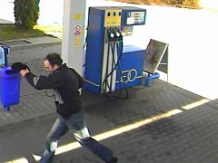 Přepadení benzinky v Kojetíně. Úprk lupiče z místa činu