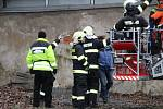 Silný vítr si pohrával se střechou jednoho z domů v Kojetínské ulici v Přerově. Situaci museli řešit hasiči. 10. 2. 2020