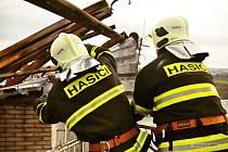 Odstraňování uvolněné střechy na jednom z kojetínských domů