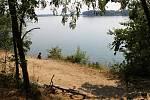 Většina návštěvníků tovačovských jezer chodí na vyhrazení místa, najdou se ale tací, kteří se osvěží ve zdroji pitné vody.