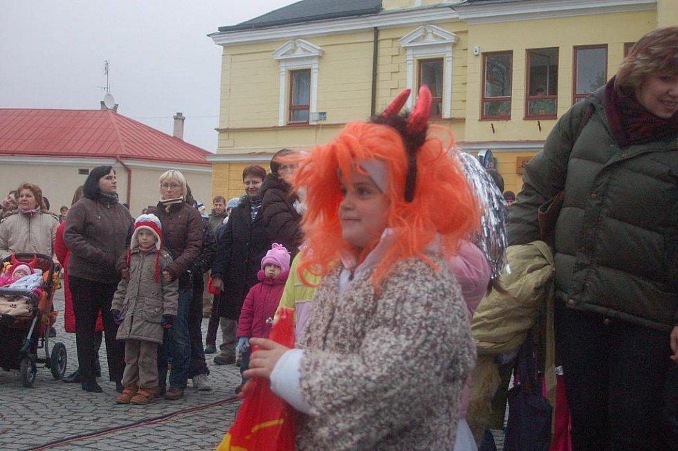 Mikuláš tažený partou čertů dorazil do Dřevohostic. Děti si pro něj připravily pásmo říkadel, písní a tanečních vystoupení