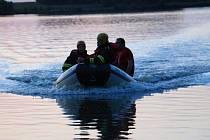 Hasiči zachraňují parašutistu, který po srážce spadl do Hradeckého rybníka v Tovačově