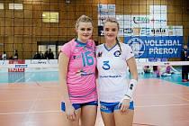 Čtvrté čtvrtfinále volejbalové extraligy žen mezi Přerovem (v bílém) a Prostějovem. Zleva Michaela a Lucie Zatloukalová.