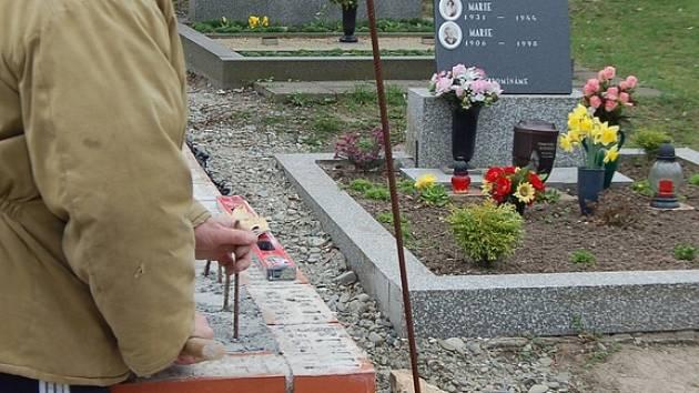 Řemeslníci už pracují na opravě hřbitova v Předmostí.