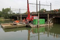 Přípravy na stavbu nového železničního mostu přes Bečvu