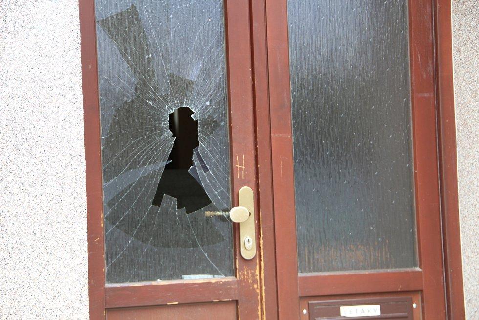 Policisté vyjížděli ve středu v noci k dalšímu incidentu znesvářených rodin Olašských Romů - z okna domu v Bratrské ulici házeli rozvášnění Romové nejrůznější předměty, které poničily i zaparkovaná auta.