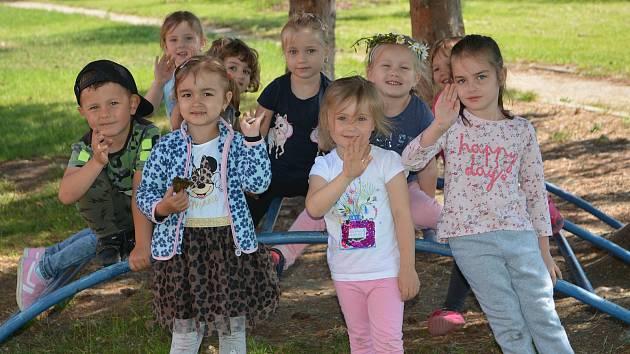 Do školky se vrátily po dvou měsících také děti z MŠ Lešetínská v Přerově. Krásné počasí si v pondělí užívaly na zahradě.