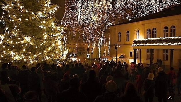 Vánoční strom na náměstí v Lipníku nad Bečvou. Ilustrační foto