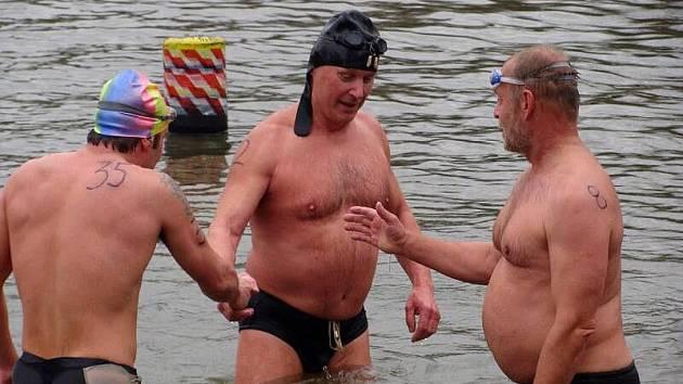 Více než stovka otužilců z celé republiky se v sobotu odpoledne ponořila do chladných vln přerovské laguny, kde se konal tradiční Memoriál Františka Venclovského.