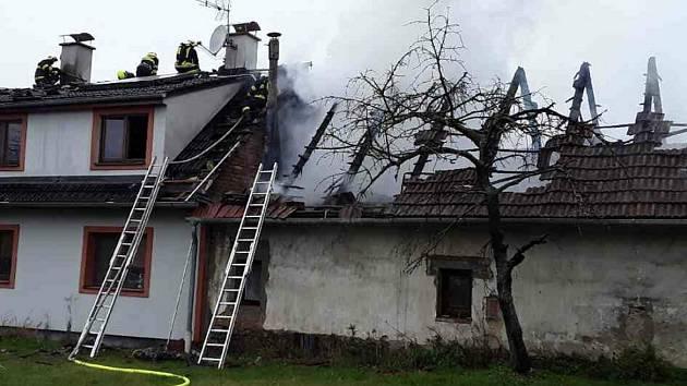 V neděli od poledne zasahuje pět hasičských jednotek u požáru v Olšovci.