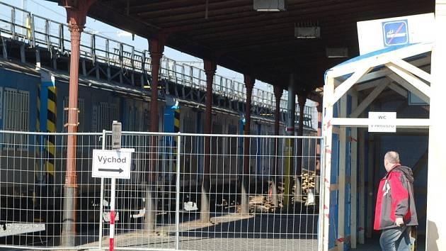 První nástupiště nádraží v Přerově obsadila těžká technika a cestující mají občas problém nezabloudit a dostat se k vlakům.
