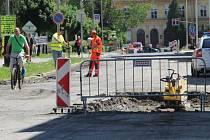 Frézování další části Palackého ulice, uzavřen je kvůli tomu celý úsek od mostu Míru až po křižovatku s Komenského ulicí.