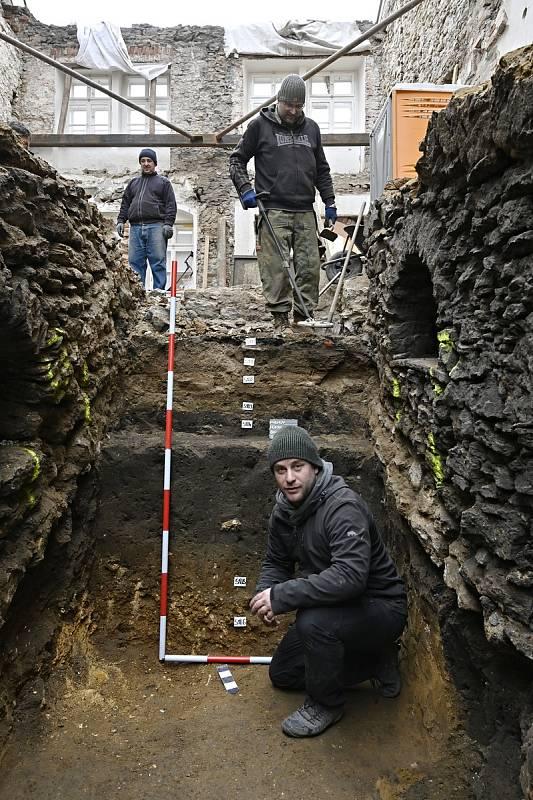 Archeologové při bádání v domě na Horním náměstí v Přerově narazili na vzácný objev – hradbu původního pozdně románského či raně gotického kastelánského hradu z 10. - 12. století