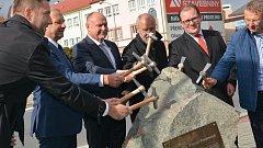 Na základní kámen stavby mimoúrovňového křížení v Předmostí poklepali ve čtvrtek v Přerově zástupci Ředitelství silnic a dálnic, Olomouckého kraje a města.