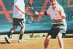 Tenisová akademie Petra Huťky v minulosti. Rok 2001, Josef Alois Náhlovský a Karel Šíp v pozadí